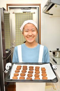 キッチンでクッキーを焼く女の子の写真素材 [FYI03515397]