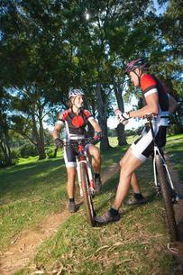 Cyclists taking break in parkの写真素材 [FYI03515429]