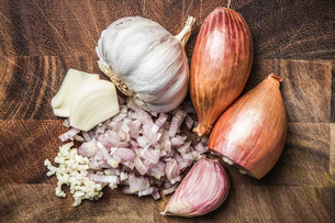 Ingredients for making green curry paste - onion, garlicの写真素材 [FYI03515652]