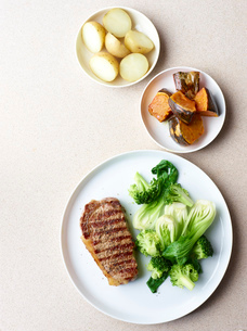 Still life of grilled steak with healthy vegetable sidesの写真素材 [FYI03515694]