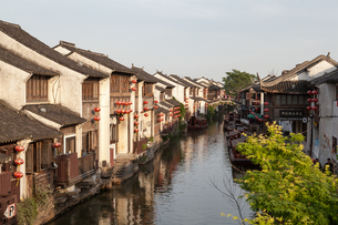 Traditional waterfront houses on river, Suzhou, Jiangsu Province, Chinaの写真素材 [FYI03515845]