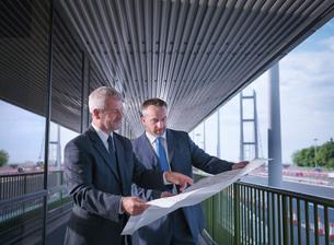 Civil engineering architects inspecting plans of suspension bridge. The Humber Bridge, UK, built inの写真素材 [FYI03516149]