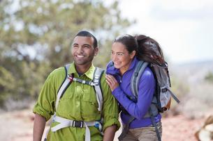 Smiling couple out hiking, Sedona, Arizona, USAの写真素材 [FYI03516629]