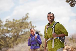 Portrait of young man and his girlfriend hiking, Sedona, Arizona, USAの写真素材 [FYI03516632]