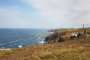 Distant view of tin mine ruins on coastal path, Trewellard, Penzance, Cornwall, UKの写真素材 [FYI03517332]