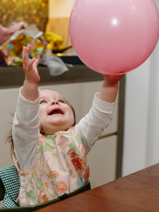 Young girl playing with balloonの写真素材 [FYI03517372]