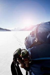Rear view of male hikers backpack in snow covered landscape, Jungfrauchjoch, Grindelwald, Switzerlanの写真素材 [FYI03517819]