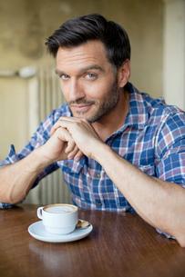 Portrait of handsome mature man in cafeの写真素材 [FYI03517851]