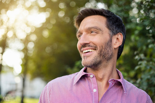 Handsome smiling mature man on streetの写真素材 [FYI03517864]