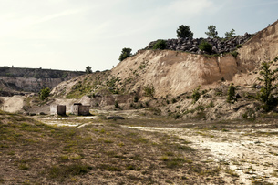 Abandoned quarry with dirt track and concrete blocksの写真素材 [FYI03517928]