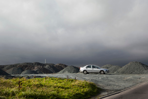 Silver car parked in slate mineの写真素材 [FYI03517933]