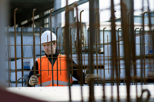 Factory worker choosing wire mesh in concrete reinforcement factoryの写真素材 [FYI03519004]