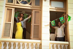 Students celebrating with Brazilian flags, Rio de Janeiro, Brazilの写真素材 [FYI03519032]