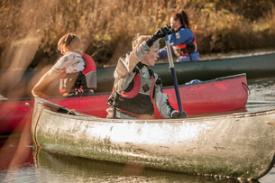 Mid adult woman turning around in canoeの写真素材 [FYI03519269]