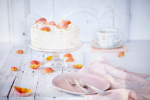 Still life of cream cake on cake stand garnished with rose petalsの写真素材 [FYI03519445]