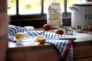 Eggs, lemon and flour on kitchen counterの写真素材 [FYI03519458]