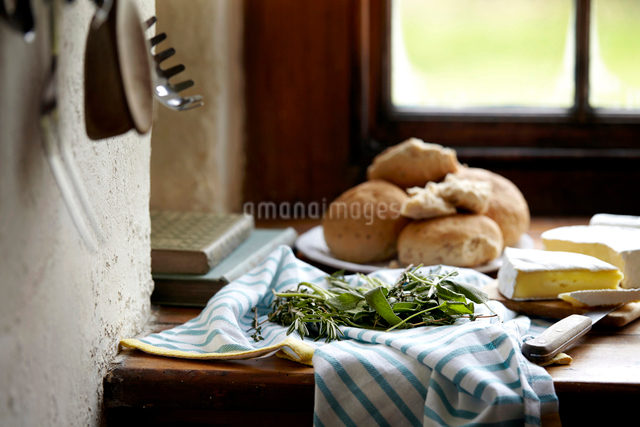 Bread rolls and brie on kitchen counterの写真素材 [FYI03519459]