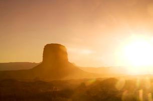 Sunset over the Merrick Butte, Monument Valley Navajo Tribal Park, Arizona, USAの写真素材 [FYI03519520]