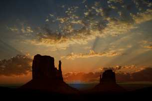 Sunset over the West Mitte and East Mitte, Monument Valley Navajo Tribal Park, Arizona, USAの写真素材 [FYI03519522]