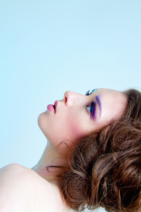Young woman wearing makeup with styled hairの写真素材 [FYI03519774]