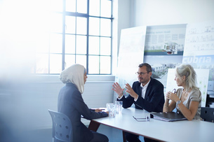 Business team discussing presentation ideas in conference roomの写真素材 [FYI03519942]