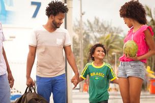 Grandfather and family strolling at Ipanema Beach, Rio De Janeiro, Brazilの写真素材 [FYI03520053]
