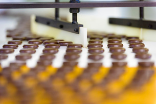 Chocolates on production line in chocolate factoryの写真素材 [FYI03520433]