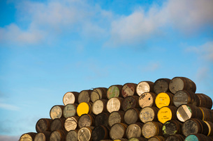 Pile of wooden whisky casks outsideの写真素材 [FYI03520827]