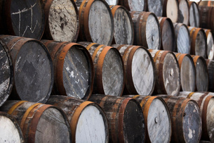 Stack of wooden whisky casksの写真素材 [FYI03520833]