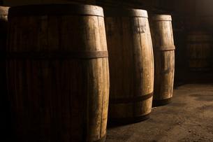 Wooden whisky casksの写真素材 [FYI03520834]