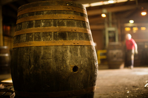 Whisky cask in cooperageの写真素材 [FYI03520843]