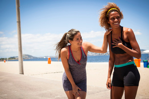 Young women laughing on beachの写真素材 [FYI03521204]
