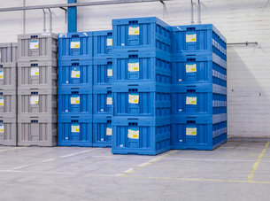 Stacked blue crates in factoryの写真素材 [FYI03521535]