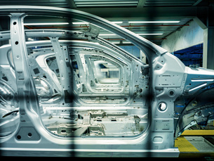 Car bodies on production line in car factory, close upの写真素材 [FYI03521693]