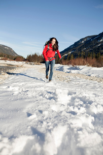 Young woman hiking in snow, Alps, Germanyの写真素材 [FYI03521703]