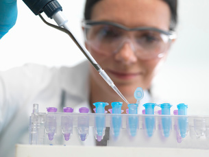Scientist pipetting DNA sample into vial in labの写真素材 [FYI03522494]