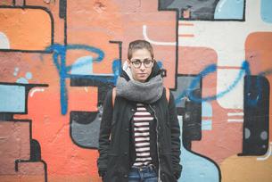 Teenager by graffiti wallの写真素材 [FYI03522540]