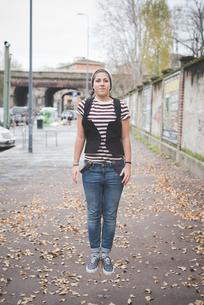 Teenager jumping on streetの写真素材 [FYI03522563]