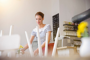 Young waitress working in cafeの写真素材 [FYI03522789]