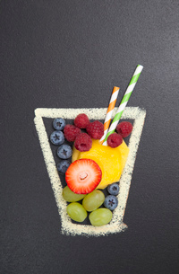 Blackboard illustration of drinking glass with fruit and drinking strawsのイラスト素材 [FYI03522896]
