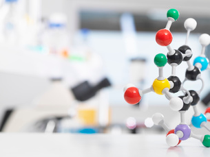 Molecular model structure sitting on a lab bench during a experiment.の写真素材 [FYI03523367]