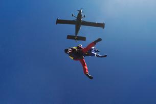 Freeflying skydivers in blue skyの写真素材 [FYI03523536]