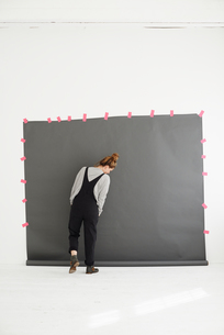 Woman in front of photographers backdrop, rear viewの写真素材 [FYI03523567]