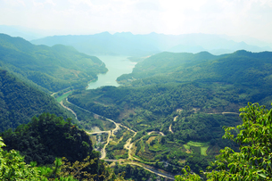 View of green river and mountains, looking down from top of the mountain, Hangzhou, Chinaの写真素材 [FYI03523744]
