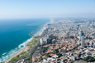 Aerial view of coastline and city, Tel Aviv, Israelの写真素材 [FYI03523822]