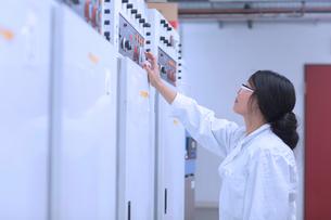 Scientist in control roomの写真素材 [FYI03523852]