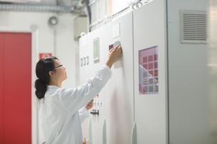 Scientist in control roomの写真素材 [FYI03523855]