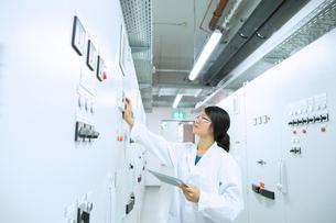 Scientist in control roomの写真素材 [FYI03523856]