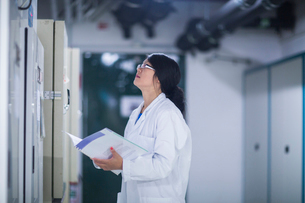 Scientist in control roomの写真素材 [FYI03523860]