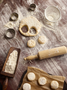 Overhead view of scone dough and pastry cuttersの写真素材 [FYI03523979]
